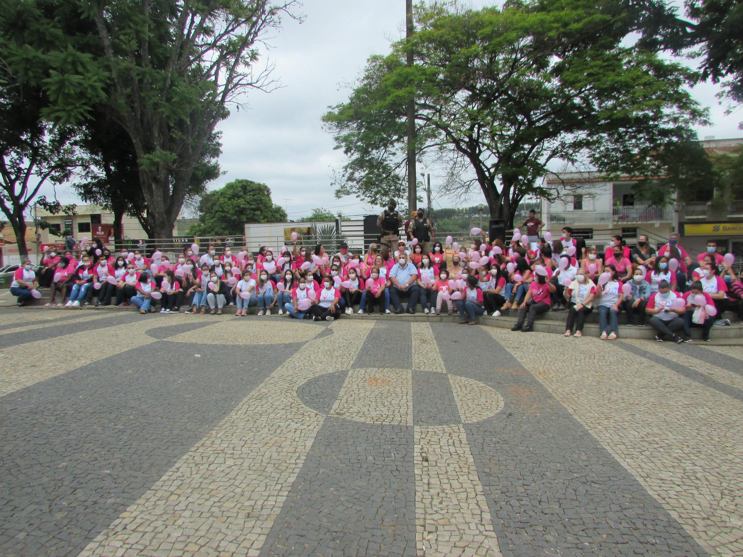 OUTUBRO ROSA: ADMINISTRAÇÃO MUNICIPAL PROMOVEU PASSEATA DE CONSCIENTIZAÇÃO
